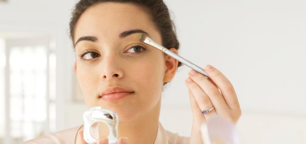 woman_putting_on_makeup